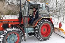 Pondělní úklid sněhu v Knovízi. V traktoru starosta Vítězslav Richter.
