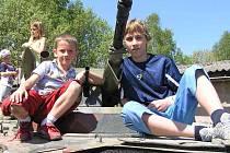 Povozit se v bojových vozidlech pěchoty přišli i David Popďakonik (vpravo) a Tomáš Buriánek z Unhoště.
