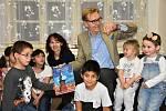 Dánský velvyslanec četl dětem v Ledcích Andersenovy pohádky.
