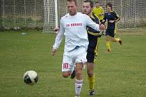 Mutějovický Milan Staněk (v pozadí) v souboji s domácím Petrem Urbanem