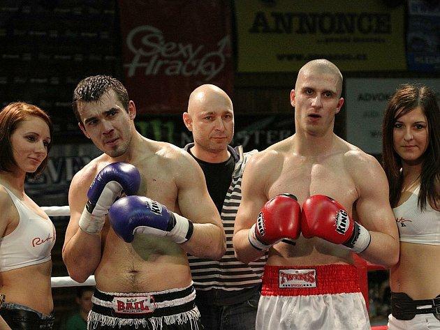 Kladenský bojovník Jakub Ibl (vpravo) po slavném deset let starém zápase sVáclavem Pejsarem vKladně, který sledoval islavný Dan Landa (uprostřed). Skončilo to remízou.