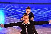 Natáčení na ledové ploše se uskutečnilo v neděli v podvečer. Své krasobruslařské umění vyzkoušeli Vladimír Kořen, Maroš Kramár i herečka Dana Morávková, která roky opravdu krasobruslila.