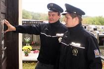 Na informační tabule u hřbitovů policisté umístili letáky varující před nebezpečím krádeží.