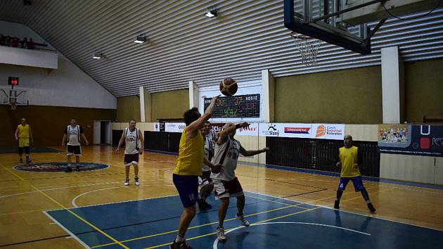 První ročník turnaje veteránů basketbalu ve Slaném se vydařil.