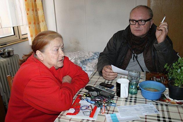 Eva Jonášová považuje ubytovnu ve Slaném za svůj domov. Celý život řádně pracovala a nyní pobírá důchod. Opatření obecné povahy vnímá jako diskriminaci.