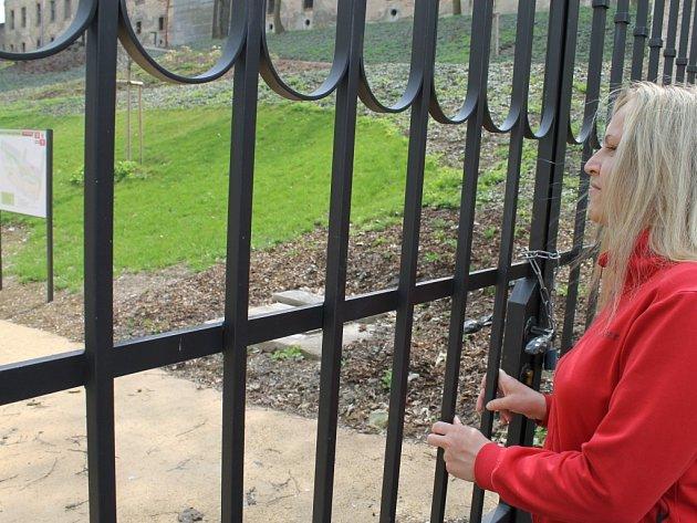 Zahrada buštěhradského zámku je hotová. Místní ji  mohou obdivovat zatím jen přes zamčenou mříž