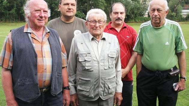Zákolany se chystají na 100 let založení fotbalu. Tady je výbor Sokola, zleva Antonín Souček, Jan Kolenčík, Jiří Herout, Václav Kalina, Jiří Vašátko.
