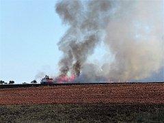 Požár pole nedaleko Bysně. Událost se stala při žních, když byly na poli kombajny