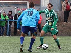Motorlet (v modrém) porazil doma Hostouň na penalty 2:1. Vpravo běloruská posila hostů Valerij Patarocha.