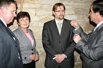 ZLEVA: MÍSTNÍ akční skupina. Vratislav Rubeš - starosta Žižic, Jitka Linhartová - starostka Velvar. Dále Pavel Dobeš - ministr dopravy, Ivo Rubík - starosta Slaného.