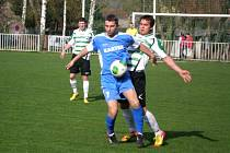 Jan Nachtigal si kryje míč na hřišti v Mutějovicích, kde se jeho Braškovu v posledních letech nedaří a prohrál 2:4.