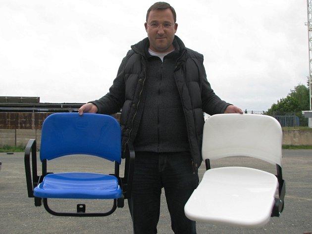 Šéf SAMK Kladno Lukáš Kubica představuje nové sedačky, kterými budou osázeny tribuny ČEZ stadionu v Kladně.