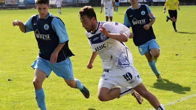 Kladno (v bílém) zdolalo doma Libiš 2:1. Vpravo autor prvního gólu Viktor Šmucler.