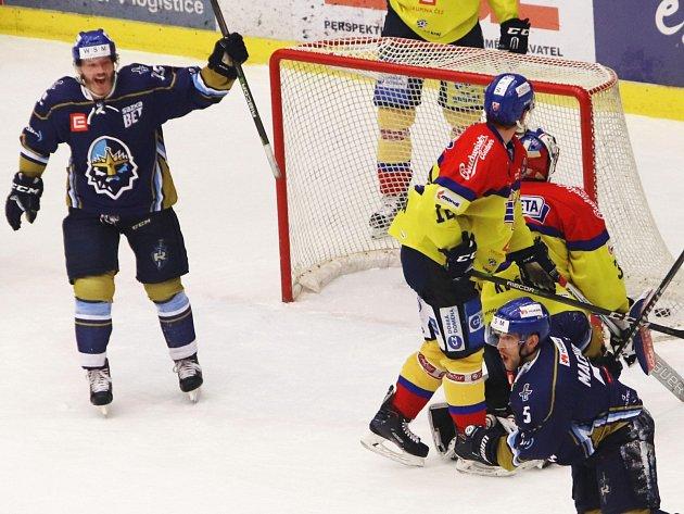 České Budějovice - Kladno. Hostující Patrik Machač (vpravo) slaví první gól s Janem Klozem.