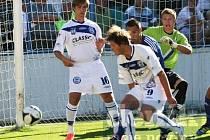 Roudnice (v modrém) porazila doma Kladno 2:0. Brání Švambera a Logojda.