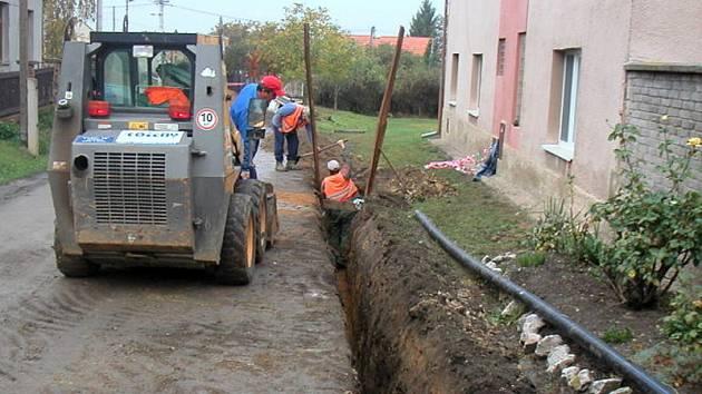 Výstavba vodovodu do velvarských městských částí Velká Bučina a Ješín by měla vyřešit problémy zdejších obyvatel s vysychajícími studnami.