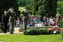 Pietního aktu k 68. výročí tragédie v Lidicích se zúčastnily stovky lidí, mezi nimi i lidické ženy a děti a přední čeští i zahraniční politici.