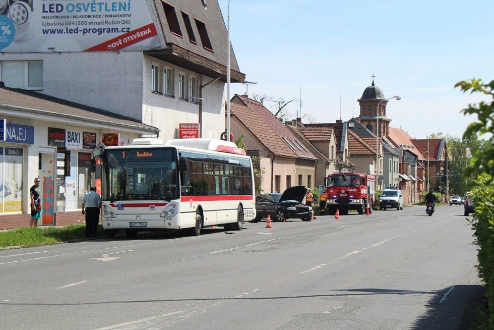 Mladá řidička se v Kladně srazila s autobusem.