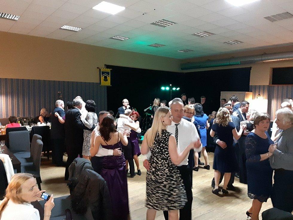 Z 2. a 3. reprezentačního plesu obce Knovíz.