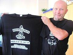 PAVEL MENCL, frontman All Right Bandu, přinesl na rozhovor do redakce Kladenského deníku jedno z limitované série třiceti triček, které budou k prodeji při sobotním rockovém plese. Výtěžek bude věnován kladenské škole Korálek.
