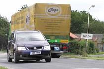 Zprovozněný úsek komunikace R7 ve směru do Prahy končí právě před obcí Pavlov. Obyvatelé už prý ale jsou vůči husté dopravě imunní.