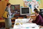 Lidé volicí ve volebních místnostech v budově kladenské základní školy v Doberské ulici.