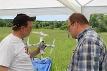 Na univerzitní louce v Ploskově byla představena nová aplikace Senoseč online, k vidění byla i ukázka práce dronu.