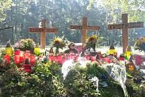 Místo tragédie označují tři kříže.
