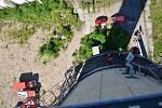Z výcviku hasičů lezců na továrním komíně v Kladně.