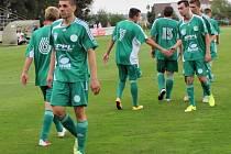Fotbalisté Hostouně (v zeleném) zvládli těžký zápas na půdě ambiciózních Zbuzan.