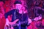 Kapela Lola pokřtila v kladenském Dundee Jam klubu klip ke své skladbě Kladnou hlavou, v níž hraje i Jaromír Jágr. Tady Jakub Jakubec.