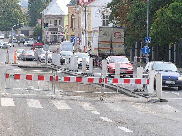 Rekonstrukce chodníků a silnic budou v letošním roce v mnohých městech značně omezené.