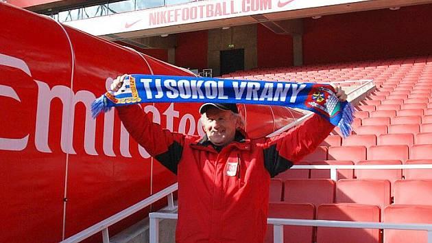 STRÁNKY Sokola Vraný nabízejí zajímavé hodnocení krajských stadionů, které klub navštívil. A dostalo se i na slavný londýnský Arsenal, kam se před časem podíval sekretář klubu Zdeněk Šubrt.