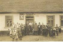 Podprůhonští občané před místním hostincem, 1924 (archiv J. Vinklové)