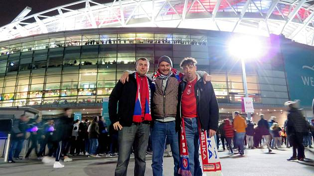 Michael Wiesner (vpravo)  s kamarády Alešem Černým a Ládou Brejníkem ve Wembley.