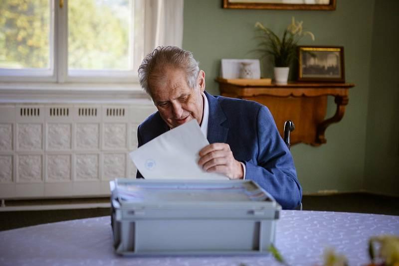 Prezident Miloš Zeman volil na lánském zámku.