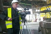 Roman Rezek za kamerou v kladenské Poldi.