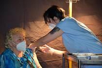 Očkování ve velkokapacitním očkovacím centru v Grandu ve Slaném.
