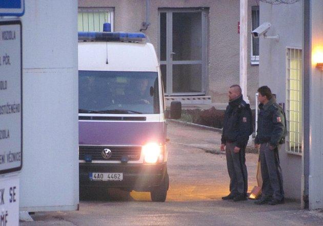 Dodávka s prvními pěti amnestovanými opouští ve středu krátce před sedmnáctou hodinou brány vinařické věznice.