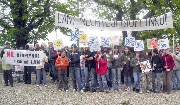 Obyvatelé Lán se na demonstranci pečlivě připravovali také výrobou transparentů.