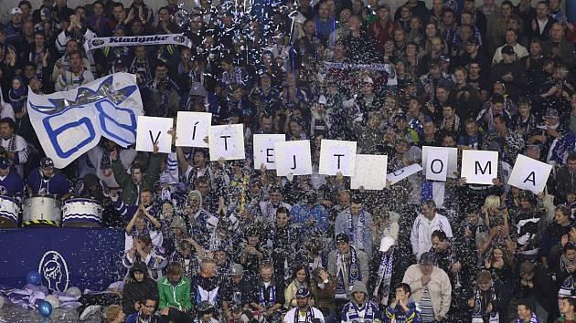 Fanoušci v kladenském zimním stadionu.