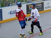 Slavnostní otevření zrekonstruované hokejbalové arény Kladno. Jan Bacovský (vlevo) bavil publikum bezva fórky