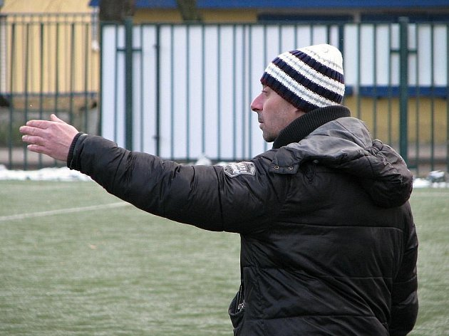 Dorostenci SK Kladno (v modrém) porazili v třeskutém mrazu muže Nova 6:3. Tady je kouč dorostu Martin Hřídel