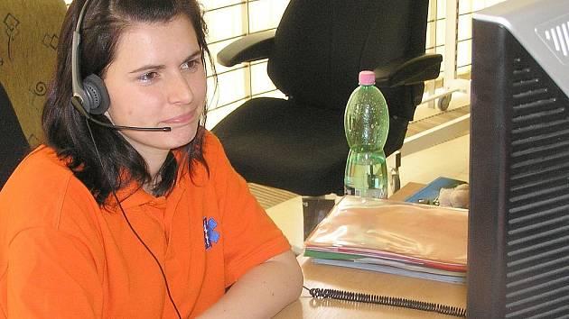 Operátoři záchranné služby stráví řešením hovorů, které nepotřebují zásah, přibližně 20 – 30 procent času.