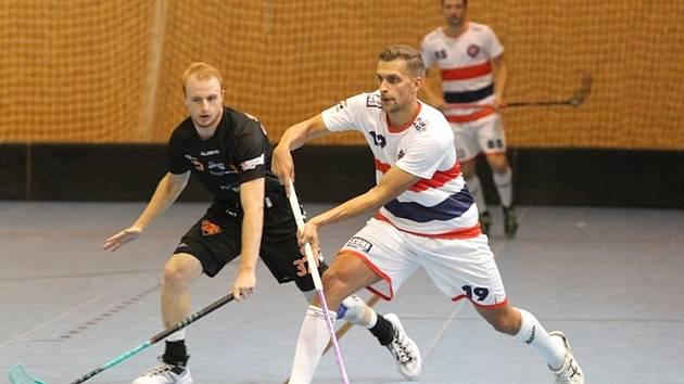 Kladno - Brno 6:4. Vítěznou premiéru Kanonýrů v ročníku dirigoval dvěma góly Ondřej Riebaurer (v bílém).