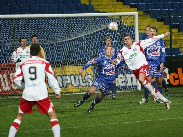 Kladenský záložník Patrik Gross svádí hlavičkový souboj se stoperem Zlína Ivo Zbožínkem, jehož  čtvrtý gól v sezoně byl na začátku popravy hostů.