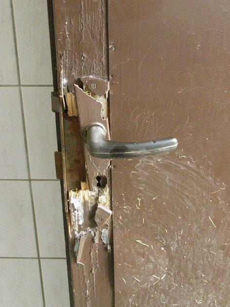 Odcizené vysací zámky. Zničené a vyvrácené vchodové dveře toalet.