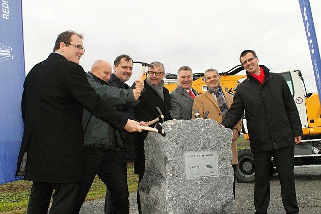 Poklepání na základní kámen obchvatu Slaného za přítomnosti ministra dopravy Dana Ťoka a dalších významných hostů.