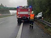 Ne vždy je dobré řídit se slogany na dálnici! – havárie OA na km 21,5 D6 u Kamenných Žehrovic směr Praha (11. srpen 2017)