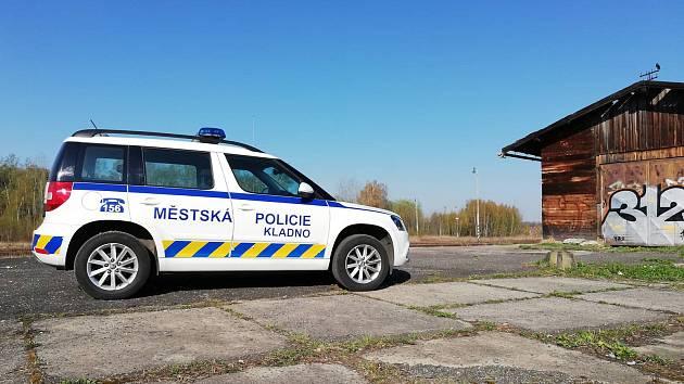 Strážníci razili cestu vozidlu s pořezaným dítětem.